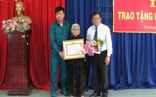 Chủ tịch UBND tỉnh trao huy hiệu 70 năm tuổi Đảng