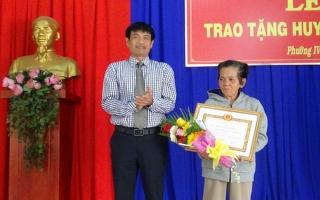 Trao Huy hiệu 50 năm tuổi Đảng cho đảng viên ở Phường IV, TP.Tây Ninh