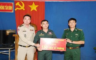 Bộ đội biên phòng Tây Ninh hỗ trợ 150 tấn xi măng cho Đồn Cảnh sát CKQT Meanchey