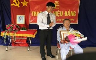 Trao tặng huy hiệu 66, 70 năm tuổi Đảng cho đảng viên lão thành
