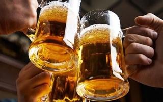 Có nên tự uống bia để giải ngộ độc rượu?