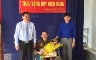 Phó Bí thư thường trực Tỉnh ủy trao huy hiệu Đảng cho đảng viên ở Hoà Thành
