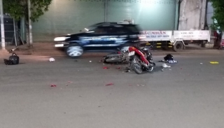 Hai xe máy đối đầu, 1 người bị thương