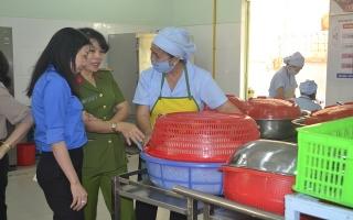 Giám sát an toàn vệ sinh thực phẩm bếp ăn trong trường học
