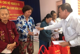 Chủ tịch UBND tỉnh Phạm Văn Tân tặng quà tết cho người nghèo, nạn nhân chất độc da cam