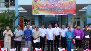 Chủ tịch UBND tỉnh Phạm Văn Tân trao quà Tết ở TP.Tây Ninh