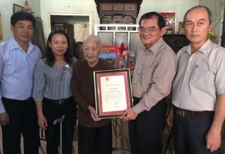 Thăm, tặng quà gia đình chính sách và công dân tròn 100 tuổi tại Hòa Thành