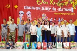 CLB Nữ Doanh nhân tỉnh trao quà cho người nghèo xã Hiệp Tân