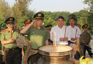 Thứ trưởng Bộ Công an viếng Nghĩa trang liệt sĩ Đồi 82 Tân Biên