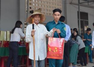 Tặng quà tết cho người nghèo huyện Châu Thành và Bến Cầu