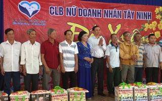 Phó Chủ tịch UBND tỉnh tặng quà cho hộ nghèo ở Hoà Thành