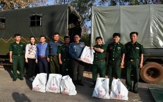 BĐBP Tây Ninh: Hỗ trợ lực lượng Hiến binh tỉnh Svay Rieng 200 phần quà