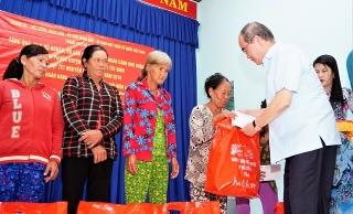 Lãnh đạo TP.Hồ Chí Minh tặng quà tết cho người dân Tây Ninh.