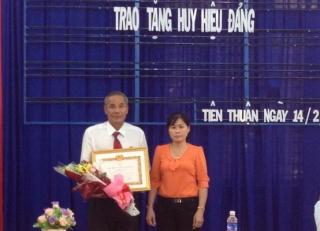 Đảng bộ xã Tiên Thuận trao Huy hiệu 30 năm tuổi Đảng