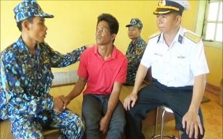 Bộ đội đảo Sơn Ca cứu hai ngư dân Philippin trôi dạt trên biển
