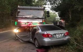 Ôtô va chạm xe tải làm 2 người chết