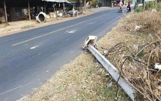 Sớm thu dọn trụ điện bị ngã, vứt bên lề đường