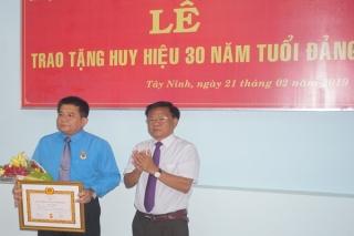 Trao tặng Huy hiệu 30 năm tuổi Đảng cho Chủ tịch LĐLĐ tỉnh
