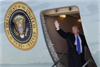 Tổng thống Trump lên chuyên cơ Không lực Một tới Việt Nam