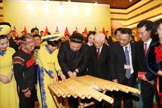 Chủ tịch Triều Tiên Kim Jong-un chơi thử nhạc cụ dân tộc Việt Nam