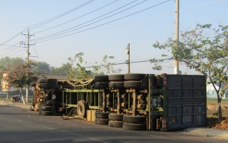 Lật xe container chở củ mì
