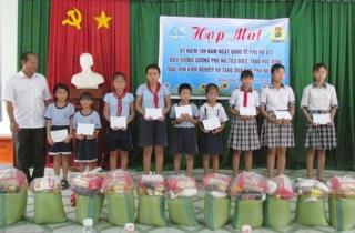 Phước Đông: Tặng quà, trao học bổng cho phụ nữ và học sinh nghèo
