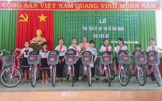 Tân Biên: Tặng xe đạp cho học sinh nữ và trao vốn khởi nghiệp cho phụ nữ nghèo