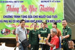 Tặng 600 hộp sữa bột cho người nghèo vùng biên Tây Ninh