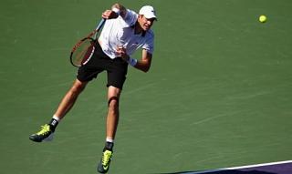 Federer lo ngại cú giao bóng của Isner