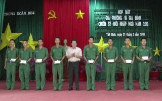 Lãnh đạo huyện Dương Minh Châu, Tân Biên, Trảng Bàng thăm, tặng quà tân binh