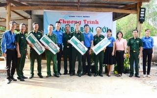 Tặng đèn năng lượng và bồn nước cho Chốt biên phòng Tân Thanh