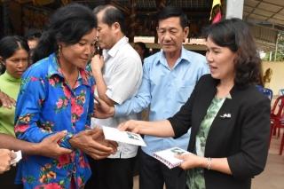 Tặng quà cho người dân nghèo Campuchia