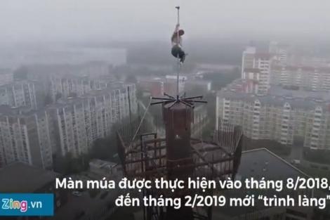 Video: Thót tim cảnh vũ công múa cột trên nóc nhà 16 tầng