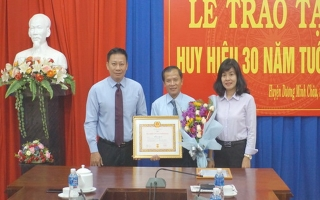 Chủ tịch UBND huyện Dương Minh Châu nhận huy hiệu 30 năm tuổi Đảng