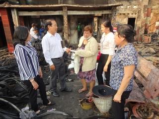 Lãnh đạo huyện Gò Dầu thăm gia đình bị cháy nhà