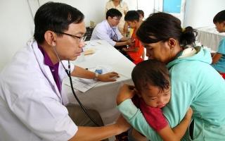 Khám bệnh miễn phí cho trẻ em vùng biên