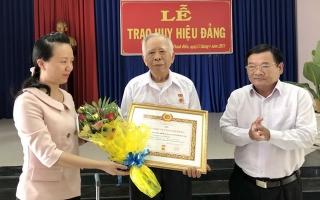 Trưởng ban Dân vận Tỉnh ủy trao Huy hiệu 70 năm tuổi Đảng tại Châu Thành