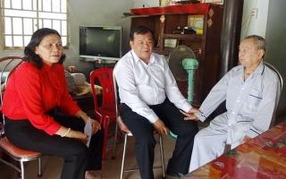Chủ tịch UBND tỉnh Phạm Văn Tân thăm gia đình chính sách huyện Gò Dầu
