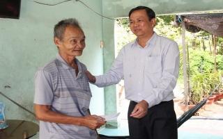 Phó Chủ tịch UBND tỉnh tặng quà gia đình chính sách tại Châu Thành
