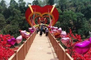 Độc đáo cầu kính tình yêu 5D đầu tiên ở Việt Nam