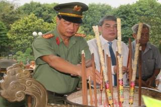 Bộ Công an viếng Nghĩa trang liệt sĩ Tân Biên