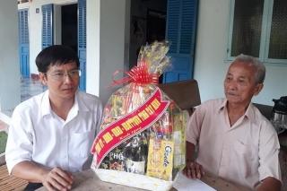 Chủ tịch HĐND tỉnh Nguyễn Thành Tâm thăm, tặng quà gia đình chính sách huyện Gò Dầu