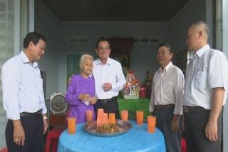 Phó Bí thư Thường trực Tỉnh ủy thăm, tặng quà gia đình chính sách tại Hòa Thành