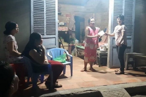 Trao tiền hỗ trợ cho em Nguyễn Thị Tuyết Mai