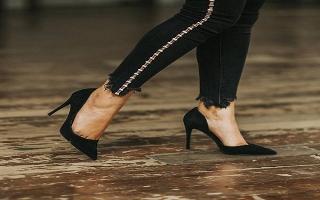 Đi giày cao gót sao cho không bị cong vẹo chân