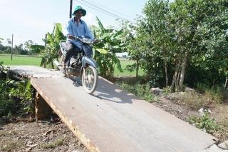Mong ngóng cầu, đường sớm được nâng cấp