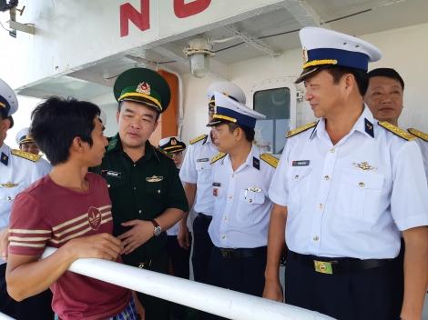 Đưa 2 ngư dân bị nạn trên biển về đất liền an toàn