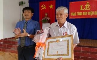 Trao huy hiệu 50 năm tuổi Đảng cho nguyên Giám đốc Sở Nội vụ