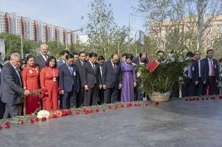 Thủ tướng Nguyễn Xuân Phúc dâng hoa tượng đài Bác Hồ ở thủ đô Moscow