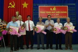 Trao Huy hiệu Đảng cho đảng viên lão thành